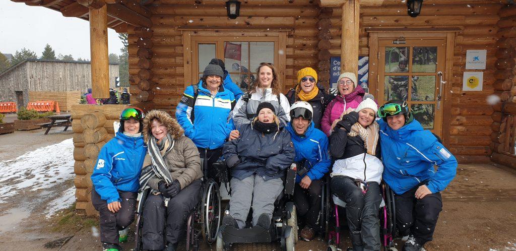 Groupe de 10 personnes dont 3 personnes PMR qui vont faire du ski adpaté